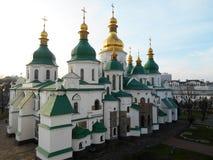 St Sophia Cathedral op de achtergrond van een lichtblauwe hemel Kyiv, de Oekraïne stock foto