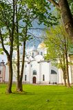 St Sophia kathedraal in de lentedag en mensen die in Veliky Novgorod, Rusland lopen Stock Afbeelding