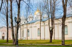 St Sophia kathedraal en het park van het Kremlin in de lentedag in Veliky Novgorod, Rusland stock foto's