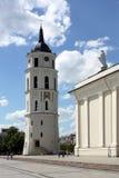 St. Stanislaus Cathedral y campanario en el cuadrado de Vilna Imagen de archivo libre de regalías