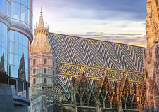 St. Stephan cathedral and the modern Haas Haus of Vienna Stock Photos