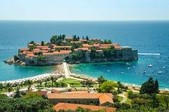 St Stephen ö nära Budva i solig dag, Montenegro royaltyfria foton