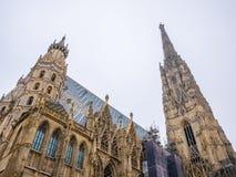 St Stephen ` s Kathedraal in Wenen, Oostenrijk in een mooie witte hemel als achtergrond stock foto's
