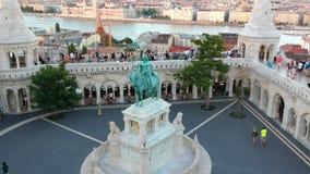 St Stephen Statue en el pescador Bastion en Budapest, Hungría metrajes