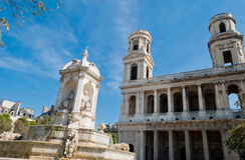 St. Sulpice教会和喷泉,巴黎 免版税库存图片