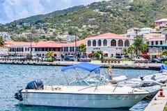 St. Thomas, США Виргинские острова - 1-ое апреля 2014: Шлюпки состыковали береговой линией в городском St. Thomas стоковое изображение