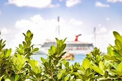 St Thomas, die US-Jungferninseln - 1. April 2014: Karneval Liberty Cruise Ship angekoppelt im Heiligen Thomas Cruise Port Termina lizenzfreie stockbilder