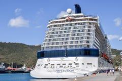 St Thomas, E.U. Ilhas Virgens - 1º de abril de 2014: O navio de cruzeiros da reflexão da celebridade entrou em Saint Thomas Cruis imagem de stock royalty free