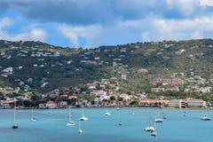 St Thomas, E.U. Ilhas Virgens - 1º de abril de 2014: Oceano e montanhas em St Thomas fotografia de stock