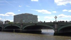 St Thomas Hospital, opinión de Londres del tráfico sobre el puente de Westminster, el río Támesis almacen de metraje de vídeo