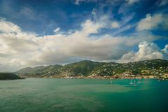 St Thomas, port för USA Jungfruöarna och kustlinje av St Thomas Arkivfoton