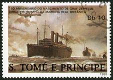 St. THOMAS UND PRINZ ISLANDS - 1988: Lenkbare, die über britische Handelsschiffe, Ferdinand Graf Von Zeppelin 1838-1917 fliegen Lizenzfreies Stockbild