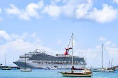 St Thomas USA Jungfruöarna - April 01 2014: Karneval Liberty Cruise Ship som anslutas i den Sanka Thomas Cruise Port Arkivfoto