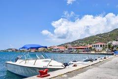 St Thomas USA Jungfruöarna - April 01 2014: Segelbåt och snabba motorbåtar som anslutas i St Thomas Royaltyfria Bilder