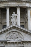 St- Thomasstatue und Wappen, St. Paul Cathedral, London, England Stockfoto