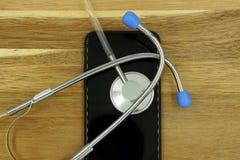 St?thoscope et un smartphone image libre de droits