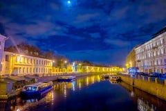 ST 彼得斯堡,俄罗斯, 2018年5月02日:夜timelapse的Fontanka河与小船 看法从桥梁nead夏天Gurden 库存照片