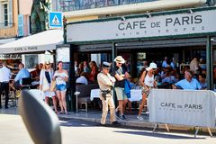 St Tropez, Франция - 22-ое сентября 2018: Улица в старой части города вполне туристов и полицейския стоковое фото rf