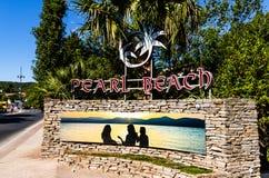 St Tropez, Франция - 2019 Знак Beacg на главной дороге St Tropez, французской ривьеры стоковая фотография