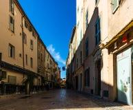 St Tropez, Франция - 2019 Переулок в типичном городе St Tropez, французской ривьеры стоковое фото