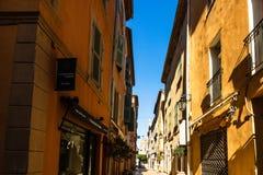 St Tropez, Франция - 2019 Переулок в типичном городе St Tropez, французской ривьеры стоковые фото