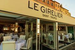 St Tropez, Франция - 2019 Установка таблицы ресторана Пустой ресторан в гавани St Tropez стоковое фото rf