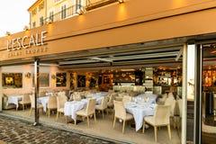 St Tropez, Франция - 2019 Установка таблицы ресторана Пустой ресторан в гавани St Tropez стоковые изображения