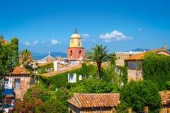 St Tropez, французская ривьера Старый городок с колокольней стоковое фото