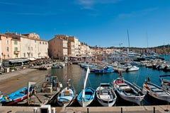 SAINT TROPEZ, FRANCIA - SEPTIEMBRE DE 2013: Barcos en el puerto de Saint Tropez encendido Imagen de archivo