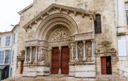 Вход церков St Trophime в Arles стоковая фотография rf