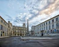Обелиск и церковь St Trophime на Place De La Republique в Arles, Франции стоковые изображения rf