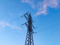 St?ttar h?g-sp?nning kraftledningar mot den bl?a himlen med moln elektrisk industri arkivbilder