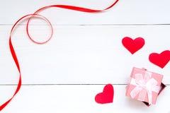 St Valentijnskaartendecor op witte houten achtergrond stock afbeeldingen