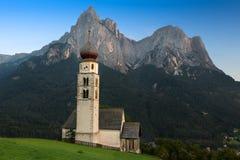 St Valentin con Schlern nel fondo, Seis, Tirolo del sud Fotografie Stock Libere da Diritti