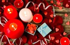St-valentin dekor på träbakgrund Royaltyfria Bilder