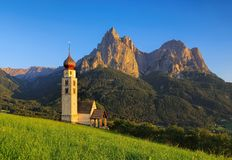 St Valentin e montagna Schlern della chiesa Fotografia Stock Libera da Diritti