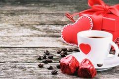 St-valentin frukost med kaffe och choklad Arkivfoto