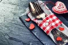 St-valentin inställning för tabell med dekorativa hjärtor royaltyfria foton