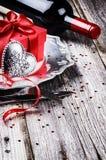 St-valentin inställning för tabell med gåva och rött vin Arkivfoton