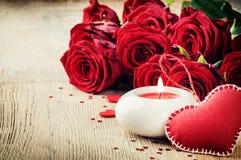 St-valentin inställning med buketten av röda rosor Arkivfoto