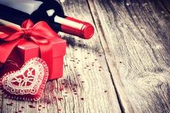 St-valentin inställning med gåva och rött vin Royaltyfria Foton