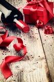 St-valentin inställning med gåva och rött vin Fotografering för Bildbyråer