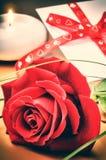 St-valentin inställning med den röda ros- och förälskelsebokstaven Royaltyfri Bild