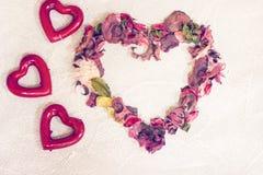 St-valentin konkreta bakgrund med en hjärta Arkivfoto