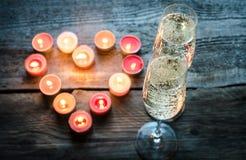 St-valentin stearinljus för dag med champagne Royaltyfria Bilder