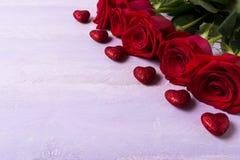 St Valentine die achtergrond met donkerrode vijf begroeten nam toe Stock Foto's