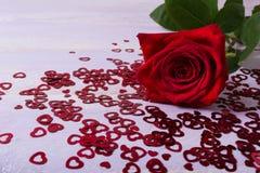 St Valentine ` s de kaart van de Daggroet met donkerrood nam toe en schittert Royalty-vrije Stock Fotografie