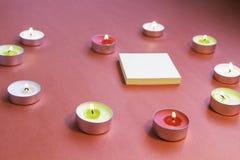 St Valentinsgruß ` s Tag Geformte Kerzen des Herzens mit Aufklebern Lizenzfreie Stockfotografie
