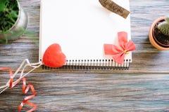St.-Valentinsgruß ` s Tag-mocap Auf einem hölzernen Hintergrund Lizenzfreies Stockbild