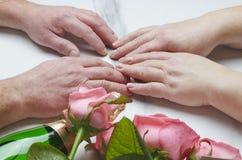 St.-Valentinsgruß ` s Tageskonzept Ältere Paare, die ein Datum haben Flasche opf Wein und Blumen als Geschenk Alle auf weißem Hin stockfotografie